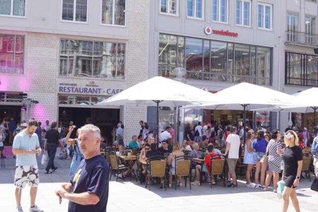 Frotalansicht Wildmosers Restaurant-Cafe am Marienplatz während der Wiedereröffnung
