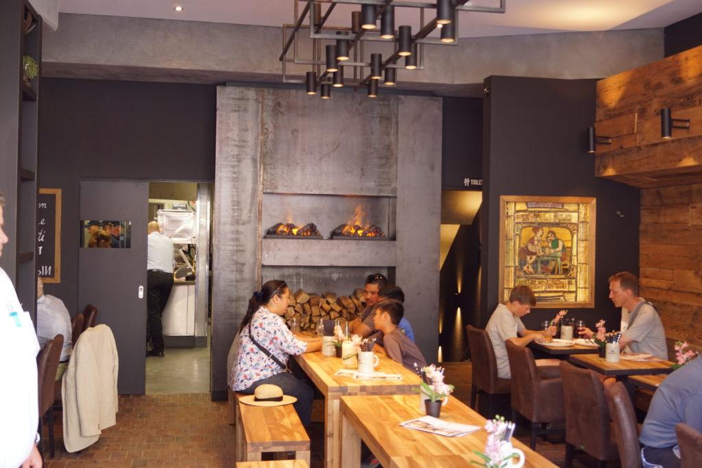 Erste Gäste während der Wiedereröffnung vom Wildmosers Restaurant-Cafe am Marienplatz