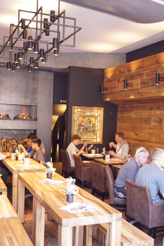 Innenansicht mit Gästen vom Cafe am Marienplatz